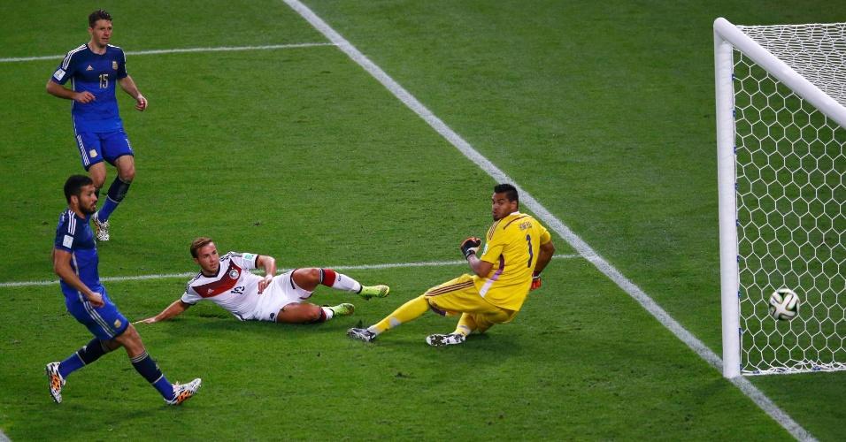 Mario Götze supera Romero para marcar o gol do título da Alemanha contra a Argentina