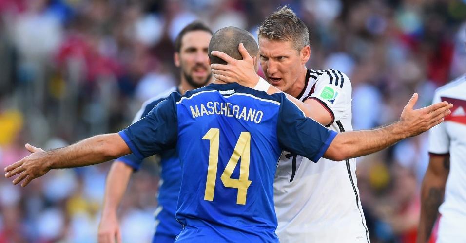 Mascherano e Schweinsteiger se desentendem durante o primeiro tempo da final da Copa
