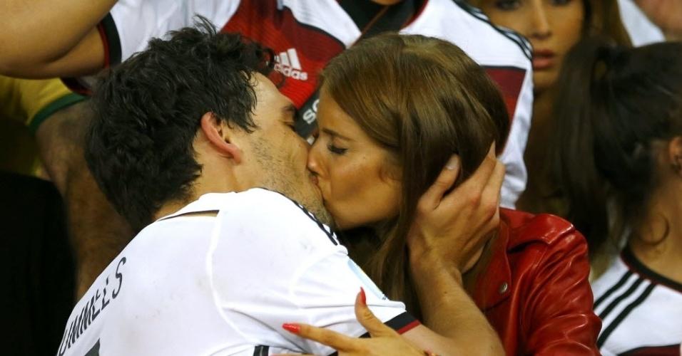 Mats Hummels beija Cathy Fischer após conquista do título mundial da Alemanha no Maracanã