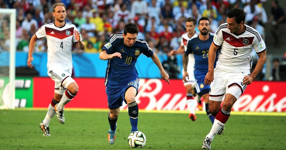Messi avança com a bola para o ataque da Argentina
