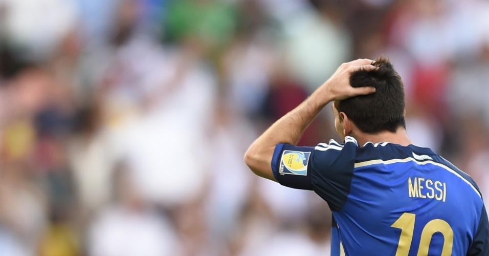 Messi coloca a mão na cabeça reagindo a lance da final da Copa do Mundo contra a Alemanha