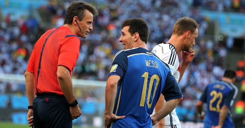 Messi conversa com o árbitro italiano Nicola Rizzoli durante a decisão da Copa do Mundo