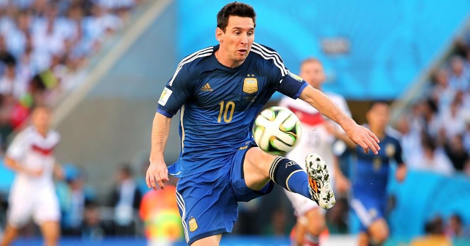 Messi domina a bola no primeiro tempo de Argentina x Alemanha na final da Copa