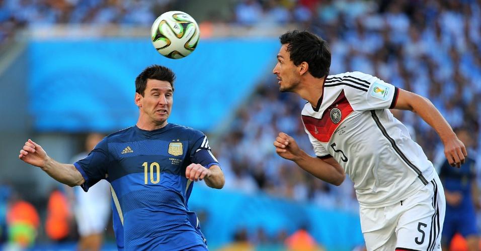 Messi e Hummels disputam bola no primeiro tempo da decisão da Copa do Mundo