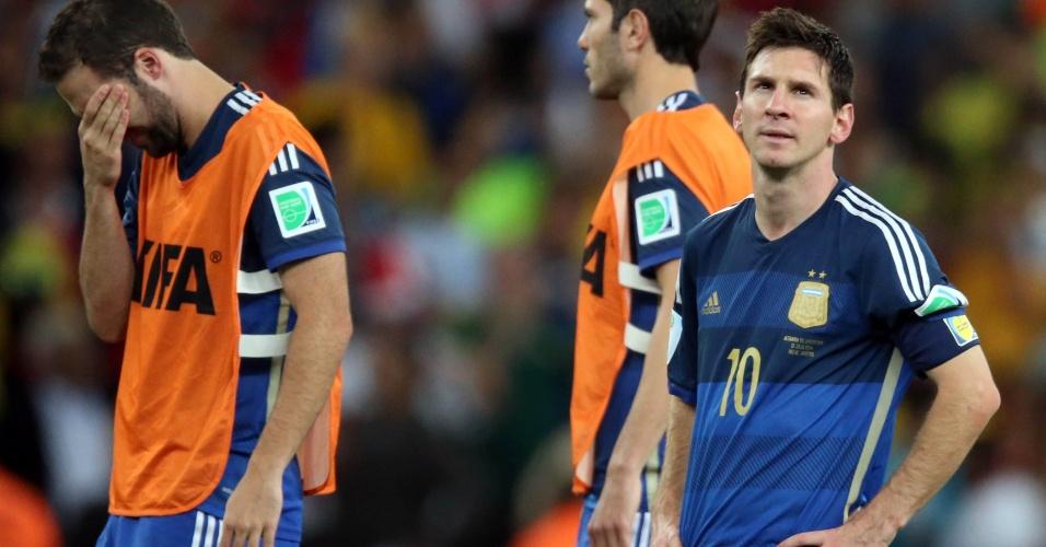 Messi e outros jogadores da Argentina lamentam derrota na final da Copa para a Alemanha
