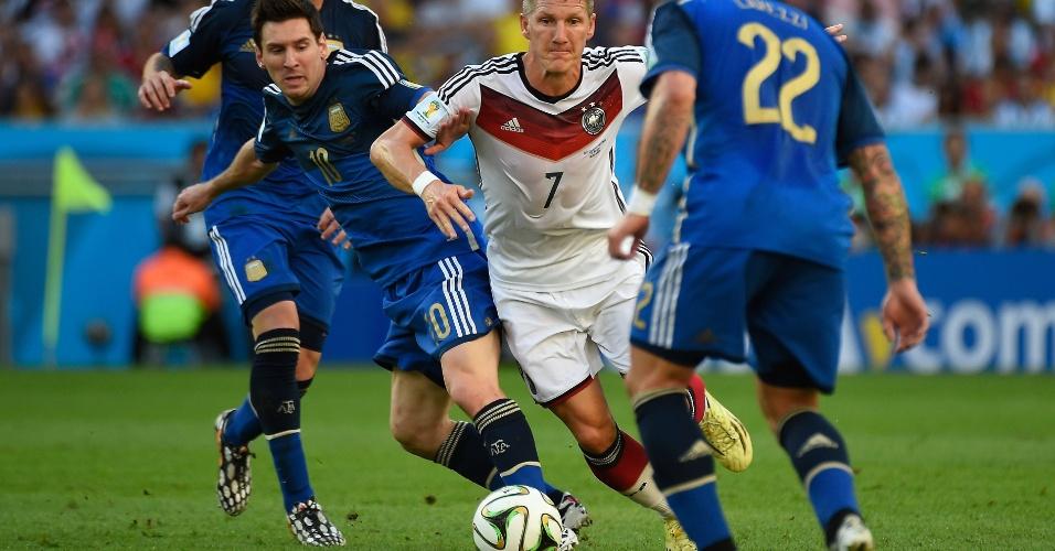 Messi e Schweinsteiger brigam pela bola