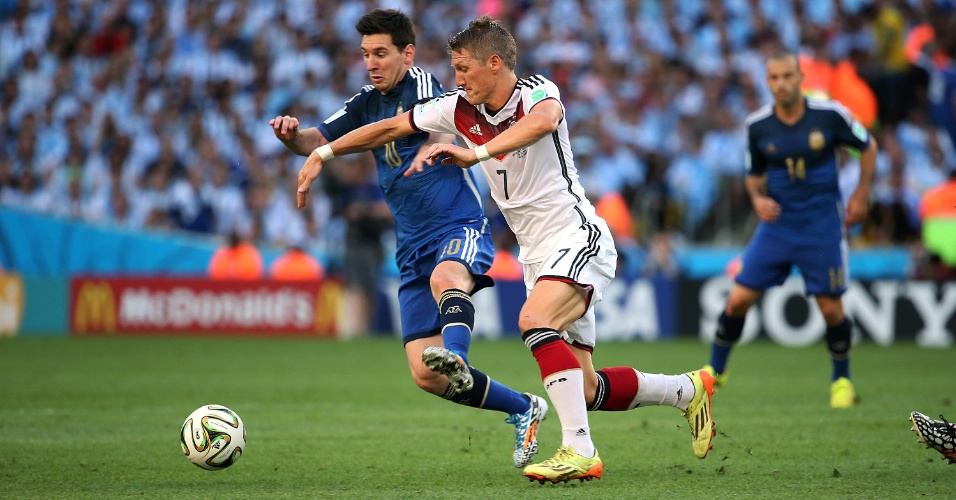Messi e Schweinsteiger disputam bola no segundo tempo de Argentina x Alemanha