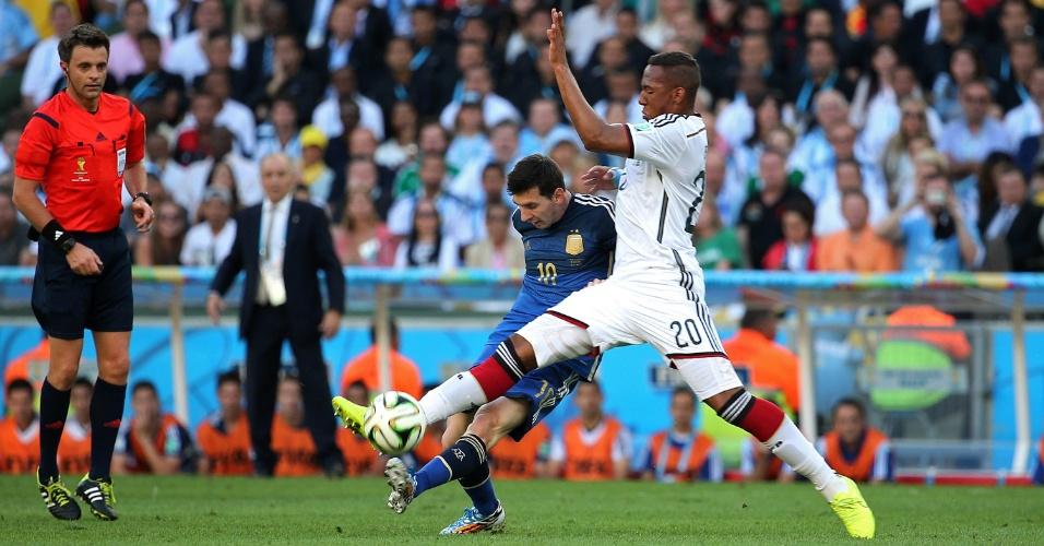Messi encara marcação de Boateng no segundo tempo entre Alemanha e Argentina