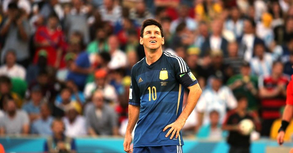 Messi olha para cima durante final da Copa entre Alemanha e Argentina