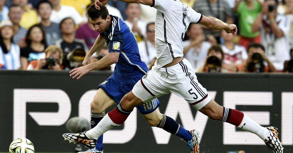 Messi parte para cima da marcação de Mats Hummels