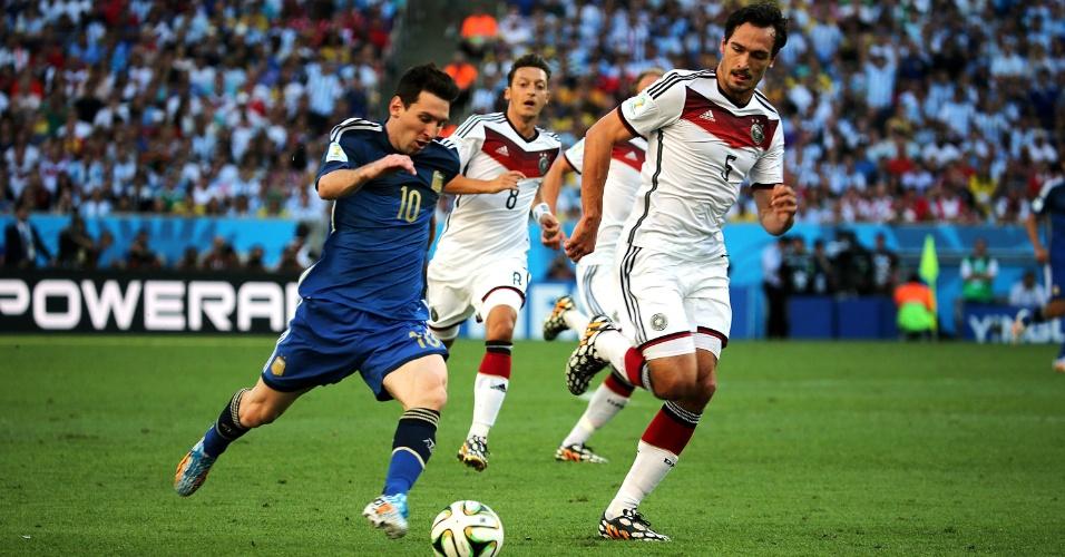 Messi tenta escapar de marcação de Hummels e Özil no primeiro tempo