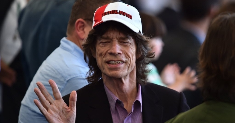 Mick Jagger acena para a torcida no Maracanã durante a final entre Alemanha e Argentina
