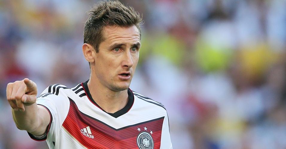 Miroslav Klose faz indicação com as mãos durante a final contra a Argentina