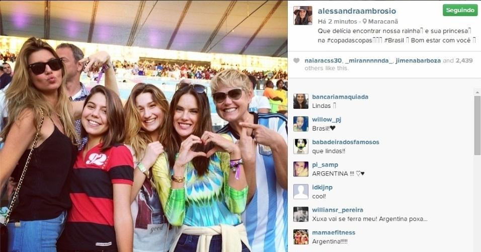Modelo Alessandra Ambrósio posa com Xuxa e Sasha no Maracanã durante a final da Copa do Mundo