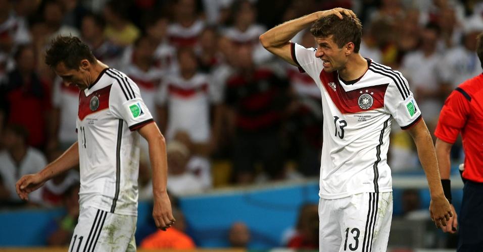 Müller coloca a mão na cabeça durante a partida entre Alemanha e Argentina