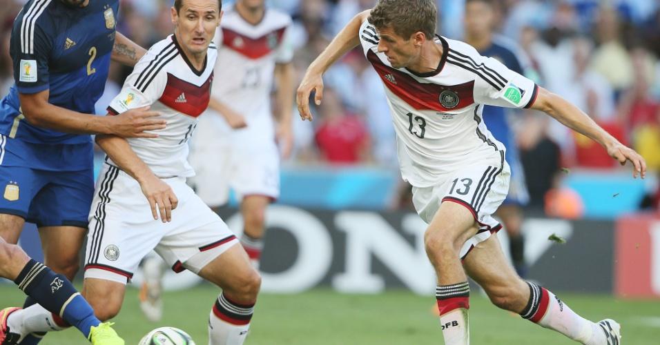 Müller e Klose encaram adversários argentinos durante a etapa inicial da decisão do Mundial
