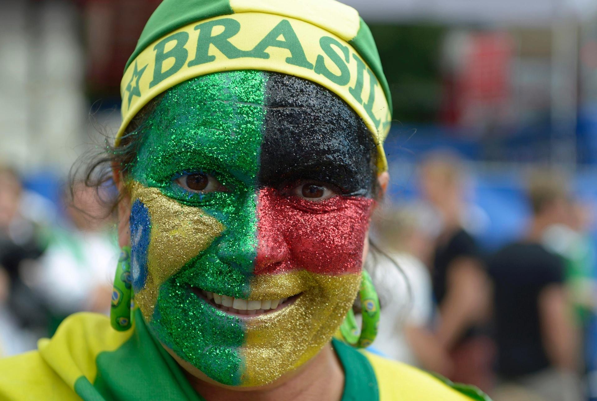 Na Alemanha, brasileira veste a camisa da torcida alemã para a final da Copa do Mundo, sem deixar de lado o coração brasileiro