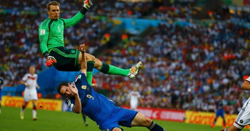 Neuer e Higuaín trombam em saída do gol do goleiro alemão