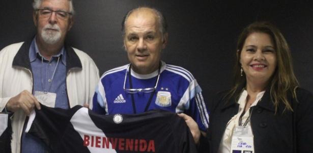 O técnico da Argentina, Alejandro Sabella (c), recebe camisa do Vasco em São Januário