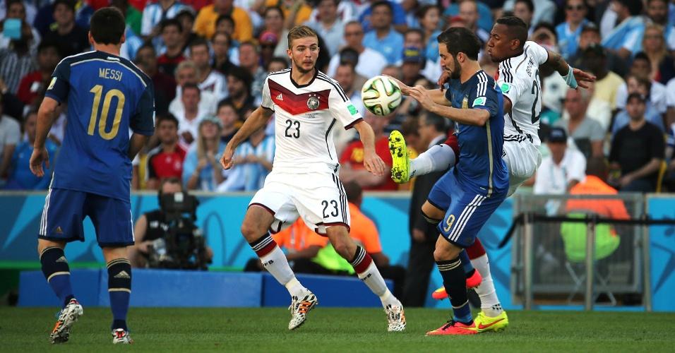 Observado por Kramer e Messi, Boateng disputa bola com argentino Higuaín