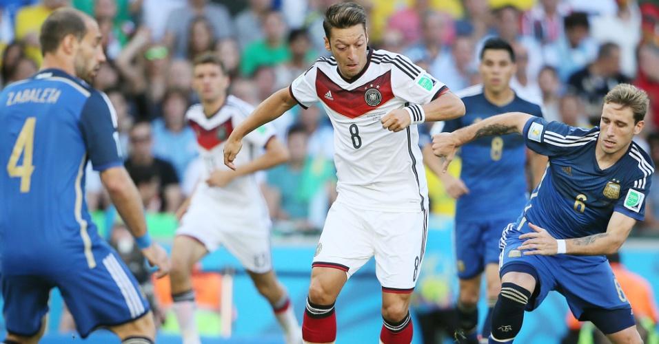 Ozil enfrenta marcação de Biglia no início da partida entre Alemanha e Argentina