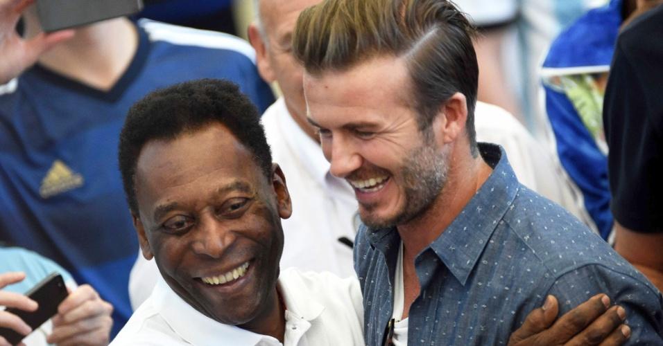 Pelé e Beckham se abraçam antes da final da Copa do Mundo