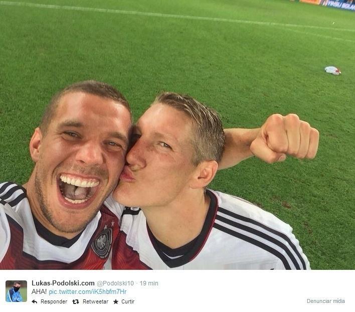 Podolski tira selfie com Schweinsteiger no gramado do Maracanã após conquista da Copa