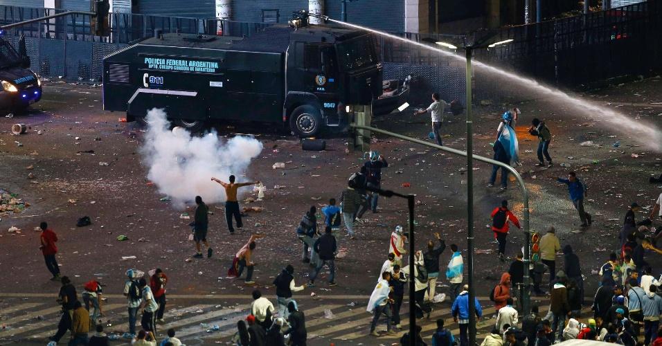 Polícia argentina usa jato de água para dispersar revolta na região central de Buenos Aires após derrota na final da Copa do Mundo