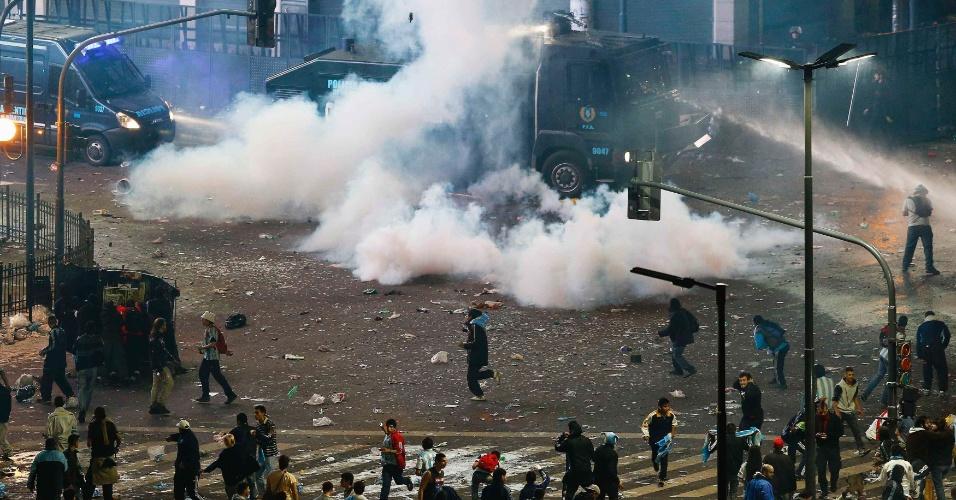 Polícia de Buenos Aires usa bombas e jato d'água para dispersar torcedores revoltados após derrota na final da Copa do Mundo