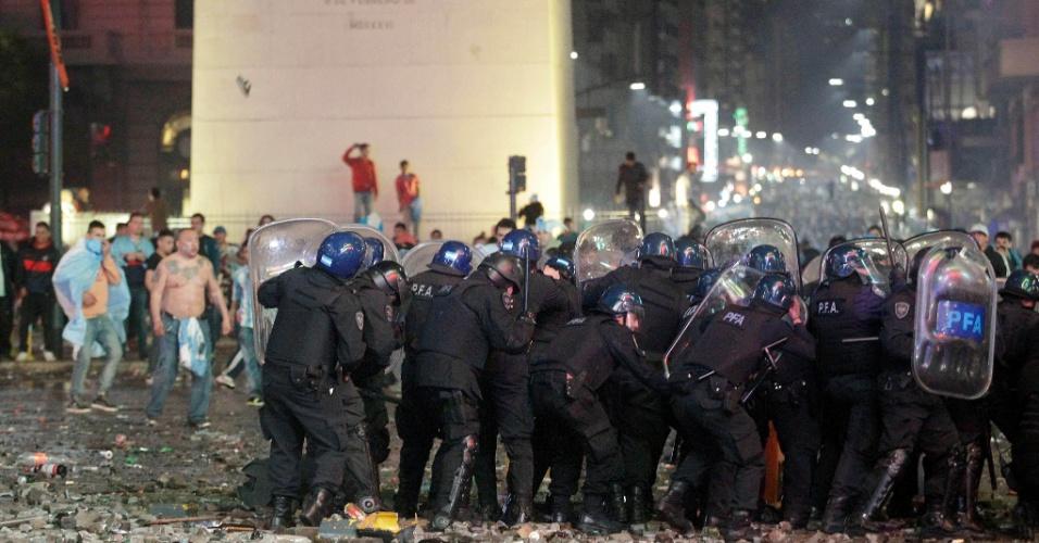 Polícia entra em confronto com torcedores revoltados em frente ao obelisco de Buenos Aires após derrota na final da Copa do Mundo