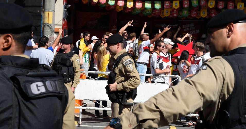 Polícia faz cordão de isolamento em ruas próximas ao Maracanã, mas não atrapalha festa da torcida