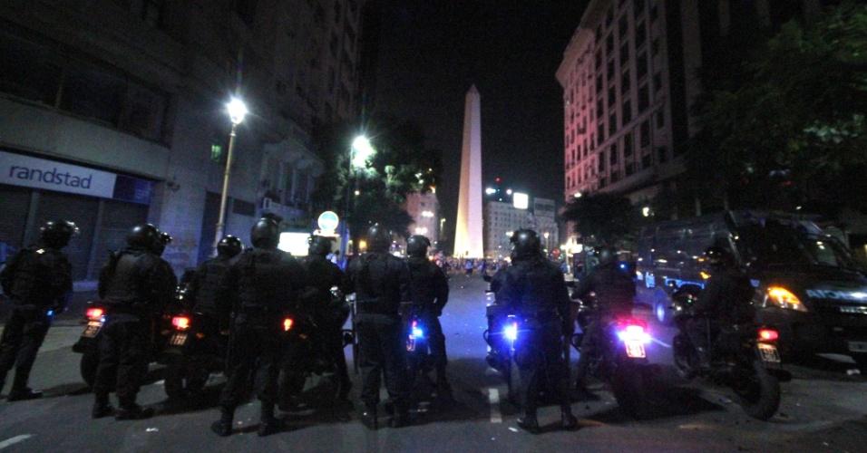 Policiais chegam ao obelisco de Buenos Aires para conter revoltas após derrota na final da Copa do Mundo