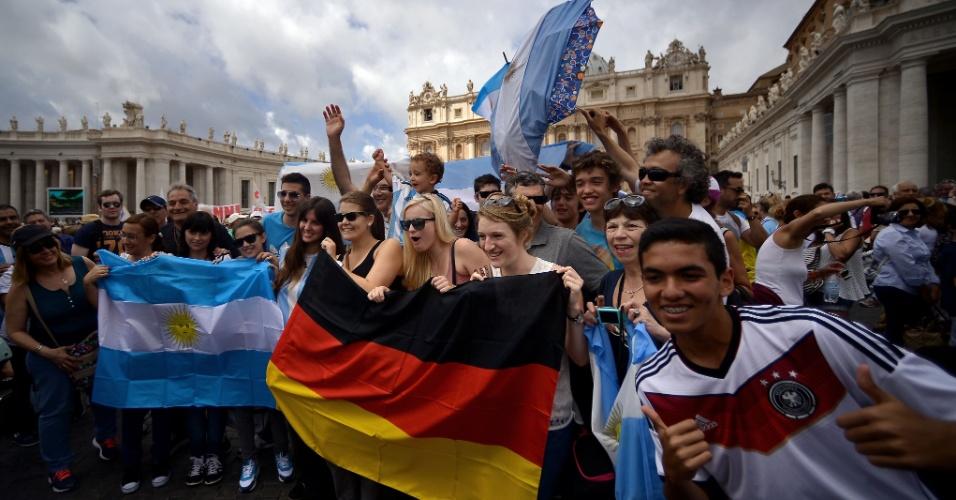 Praça de São Pedro no Vaticano registra a presença de muitos torcedores de Alemanha e Argentina antes da final da Copa do Mundo