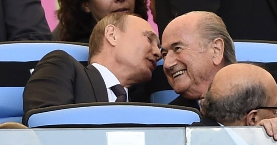 Presidente da Rússia, Vladimir Putin, faz o presidente da Fifa, Joseph Blatter sorrir durante a final da Copa do Mundo no Maracanã entre Alemanha e Argentina