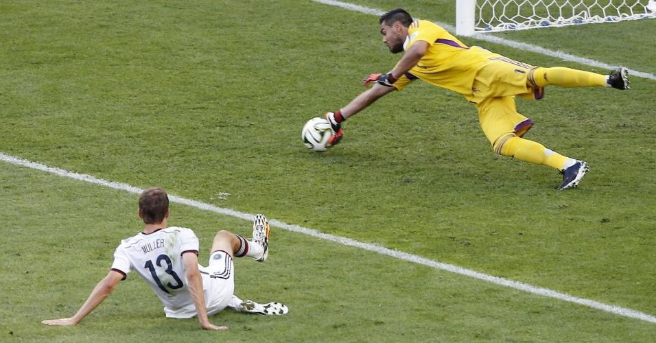 Romero faz boa defesa em finalização de Müller
