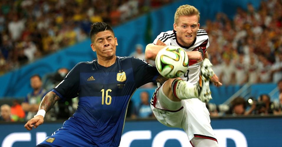 Schürrle disputa bola com Rojo na final entre Alemanha e Argentina
