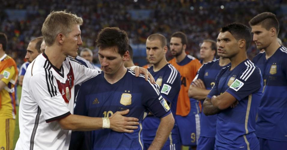 Schweinsteiger consola Messi ao final da partida no Maracanã