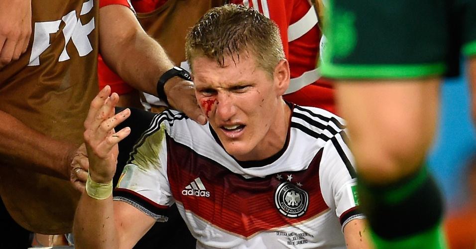 Schweinsteiger sofre corte no rosto após choque com Aguero durante a partida final da Copa do Mundo no Maracanã