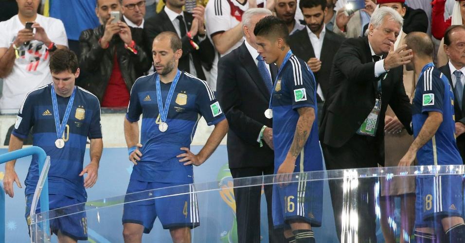 Sem esconder a decepção, jogadores argentinos recebem suas medalhas pelo segundo lugar na Copa