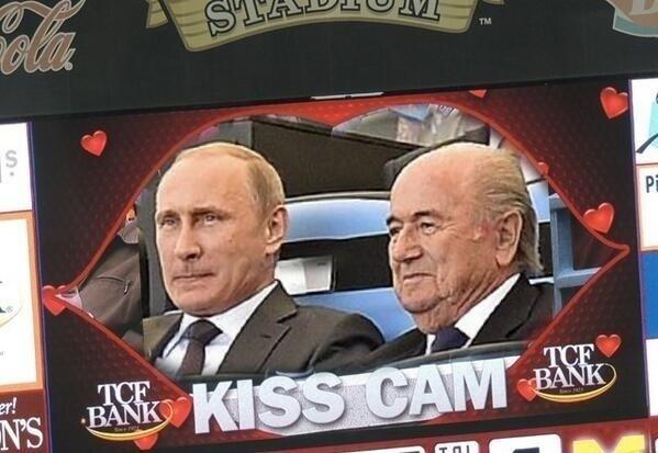 """Sentados lado a lado no Maracanã, Putin e Blatter ganharam até uma """"câmera do beijo"""""""