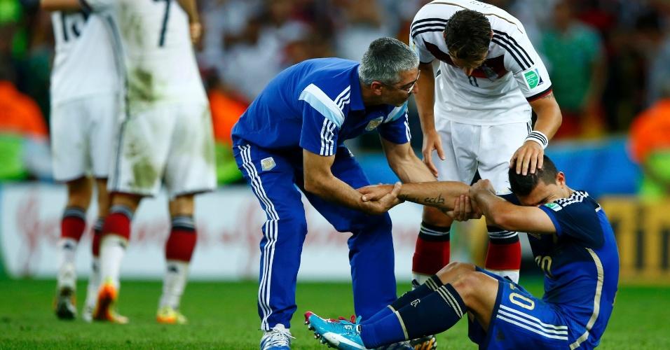 Sergio Aguero chora no gramado do Maracanã é consolado por Miroslav Klose e membro da comissão técnica argentina