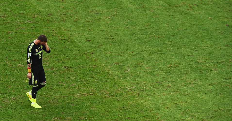 Sergio Ramos deixa o campo após a despedida da Copa, em vitória da Espanha sobre a Austrália em Curitiba