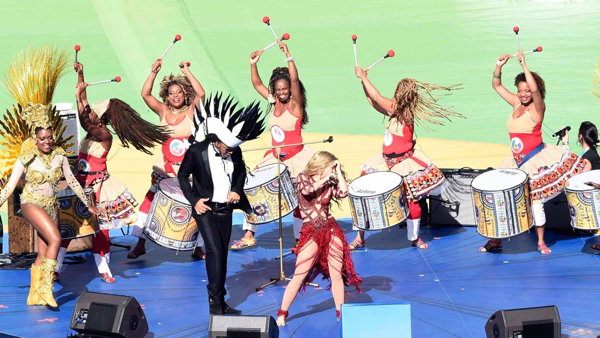 Shakira e Carlinhos Brown se apresentam na cerimônia de encerramento da Copa do Mundo, no Maracanã