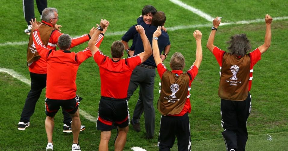 Técnico Joachim Löw comemora com delegação da Alemanha o gol do título, marcado por Mario Götze