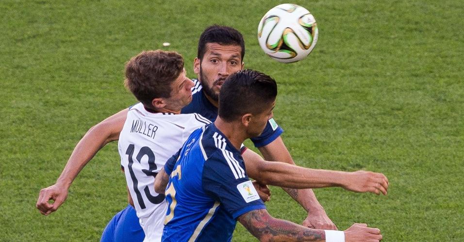 Thomas Müller fica esprimido no meio da marcação argentina