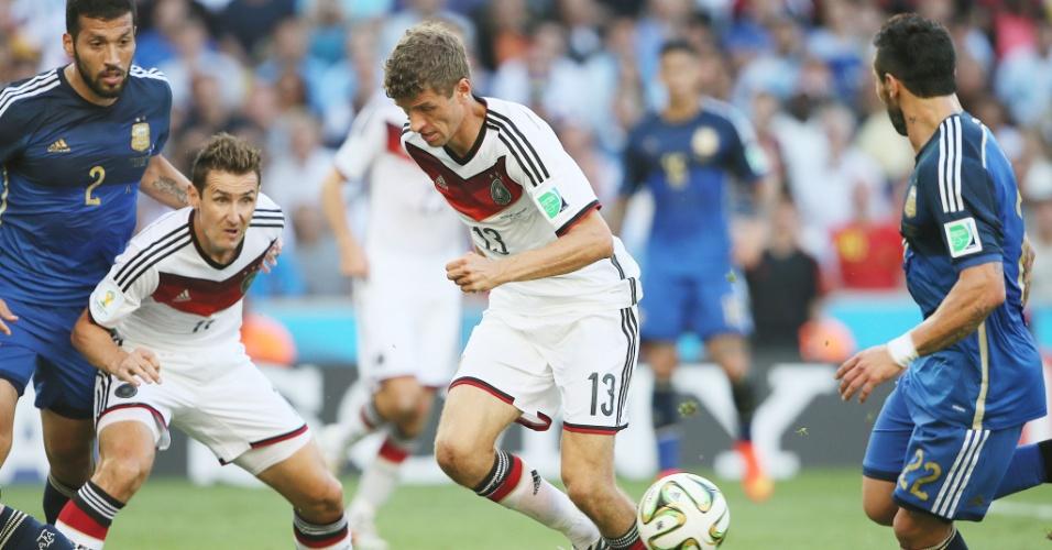 Thomas Müller tenta avançar em cima da marcação argentina