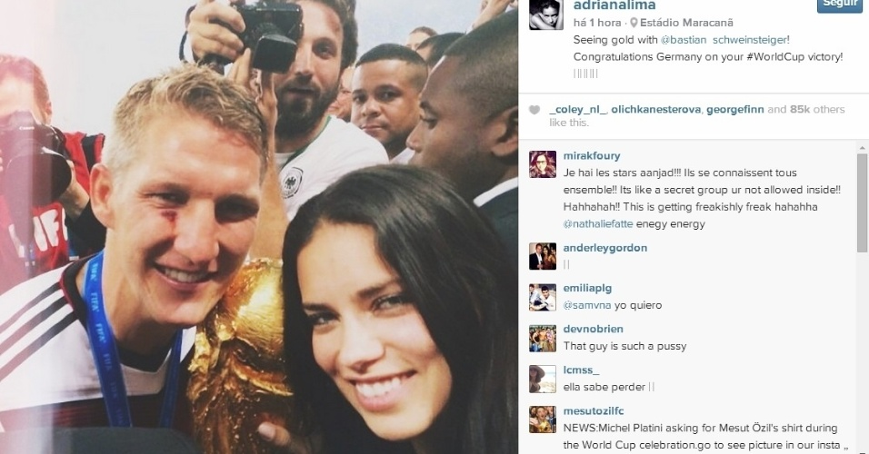 Top model Adriana Lima toca na taça de campeão do mundo ao posar para foto com Schweinsteiger