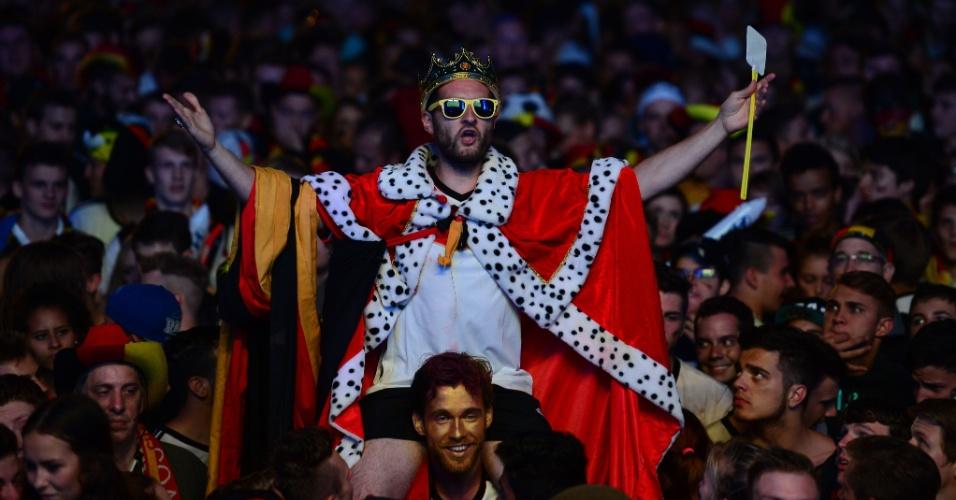 Torcedor alemão fantasiado de rei assiste à final da Copa contra a Argentina em Berlim