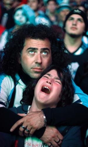 Torcedor chora e é consolado em Buenos Aires após perda do título