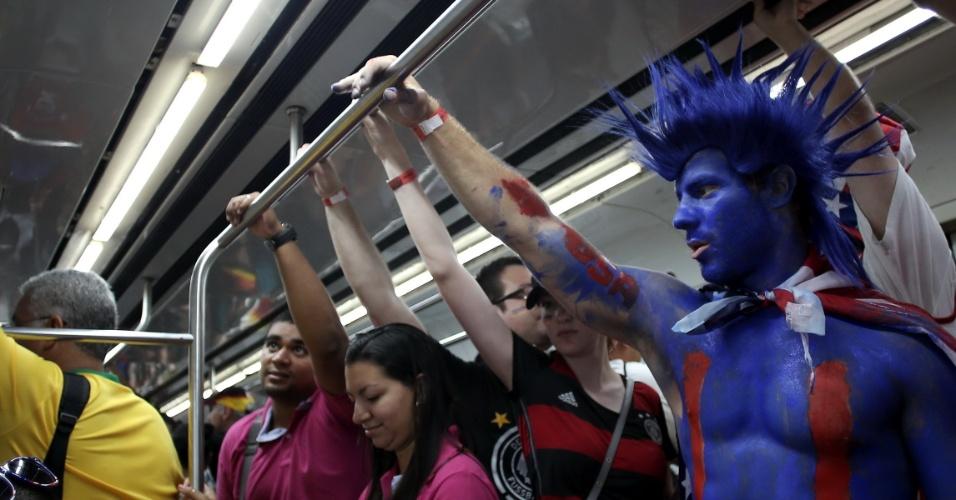 Torcedor dos EUA vai para a Arena Pernambuco de metrô para EUA x Alemanha